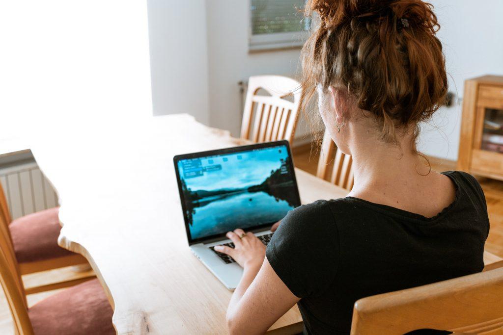 Ilgstošs darbs ar datoru veicina mazkustīgu dzīvesveidu - novājinās muskulatūra, palielinās ķermeņa svars, pazeminās imunitāte,