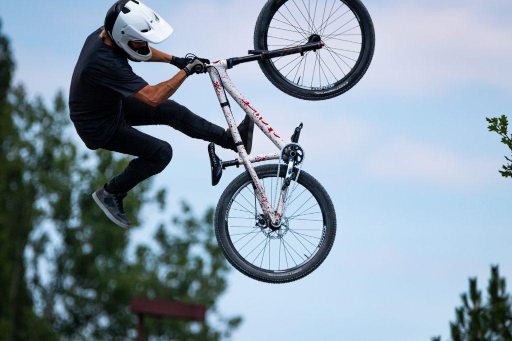 Sporta ārsts uzsver, ka irmais solis daudzu riskantāko sporta veidu apguvē ir iemācīties pareizi nokrist.