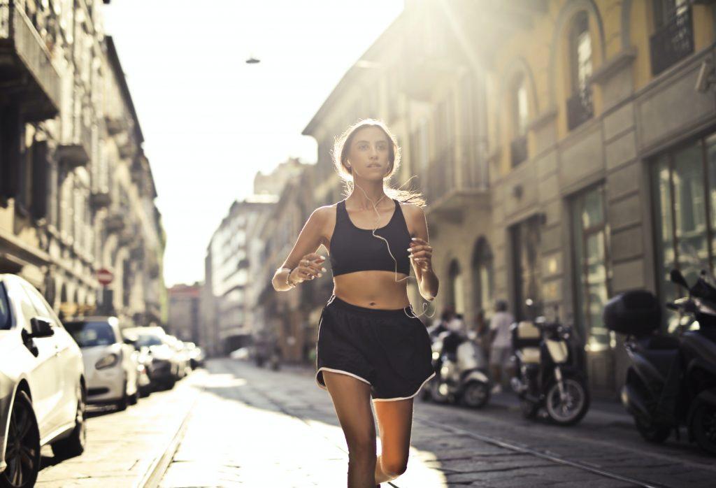 Sporta ārsts uzsver, ka skriešana pa cietu segumu, piemēram, asfaltu, bruģi, var būt traumatiska locītavām.