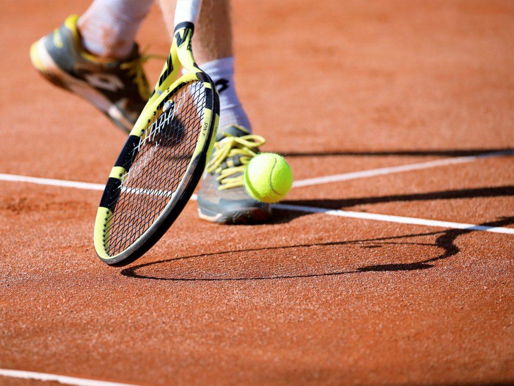 Sporta ārsts Āris Aivars uzsver, ka sporta apavu izvēlē ir jāpievērš uzmanība segumam. Neatbilstoši apavi var palielināt risku iegūt potītes traumas.